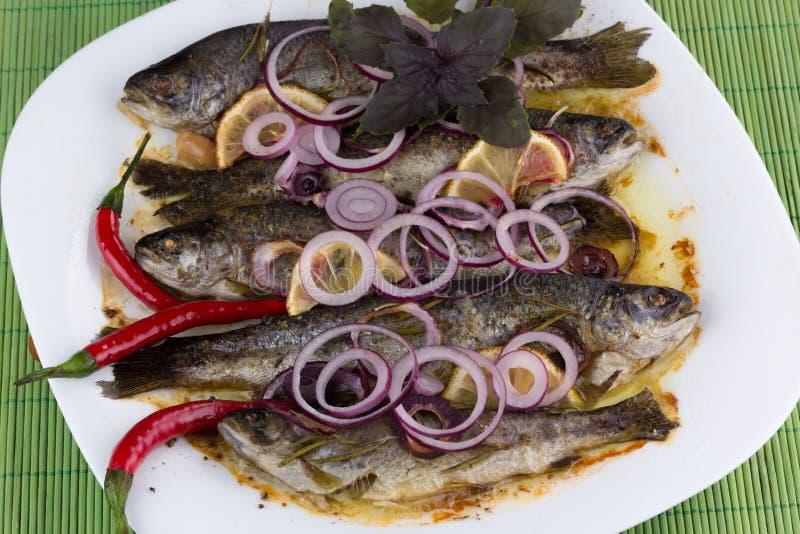 Peixes fritados em uma bandeja imagens de stock