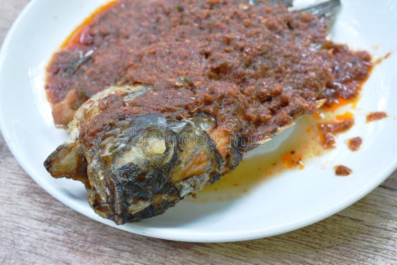 Peixes fritados massa da manga que vestem o molho de peixes picante na placa foto de stock royalty free