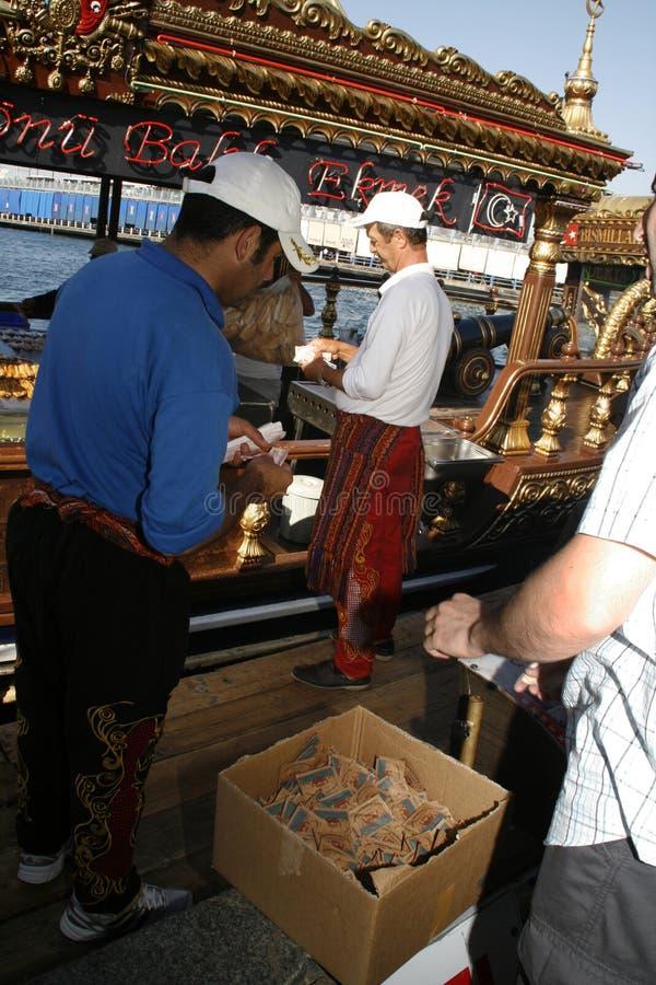 Peixes fritados vendidos do barco. Istambul. fotografia de stock