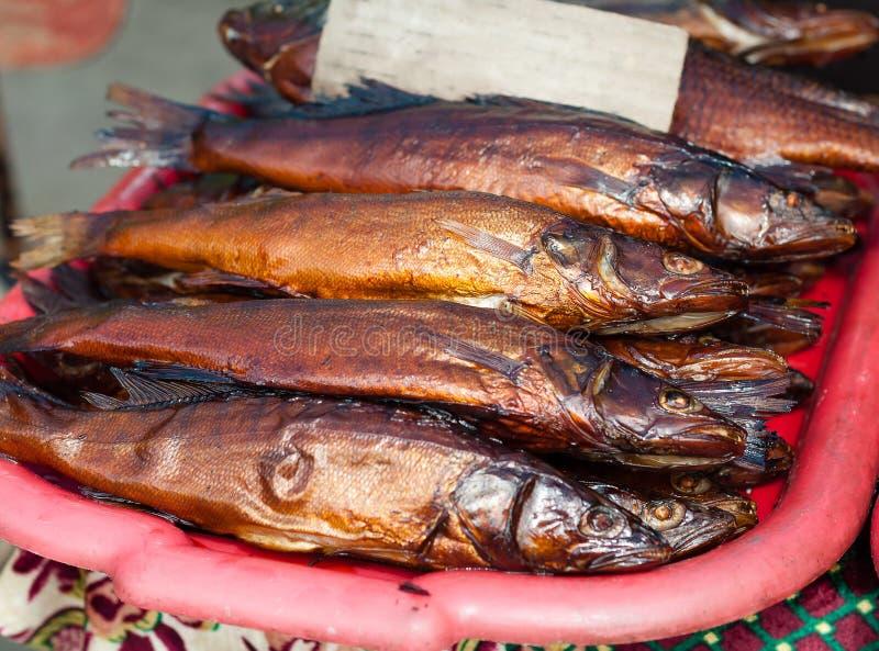 Peixes fumado dourados no contador no mercado rural do sol fotos de stock royalty free