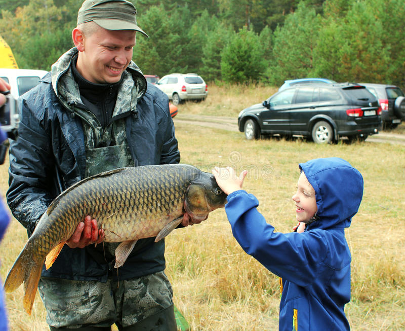 Peixes grandes travados pelo pescador fotografia de stock