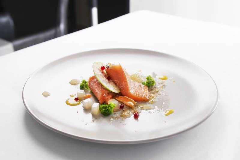 Peixes modernos moleculars do vermelho da culinária fotografia de stock
