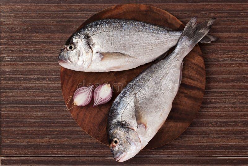Peixes na placa de desbastamento de madeira. imagens de stock