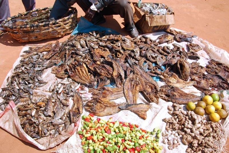 Peixes, pimentões e limões secados para a venda no mercado em Pomeri imagem de stock