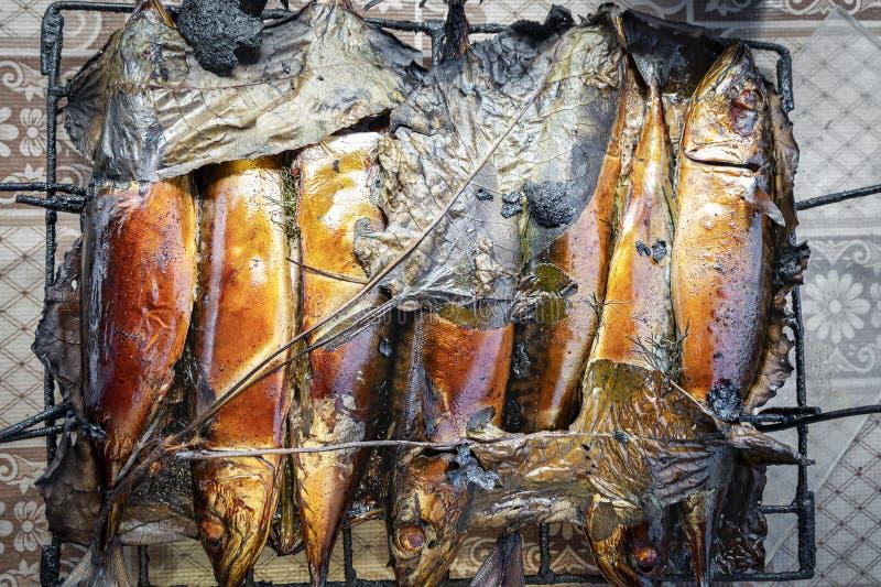 Peixes quentes recentemente cozinhados da cavala fumado na grade imagens de stock royalty free