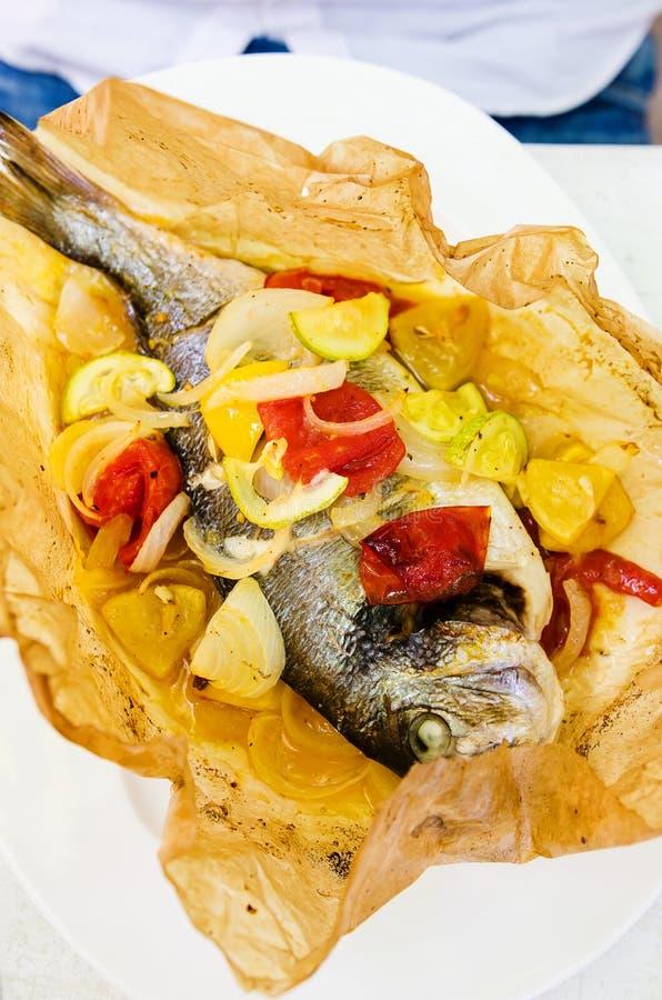 Peixes roasted forno com vegetais foto de stock royalty free