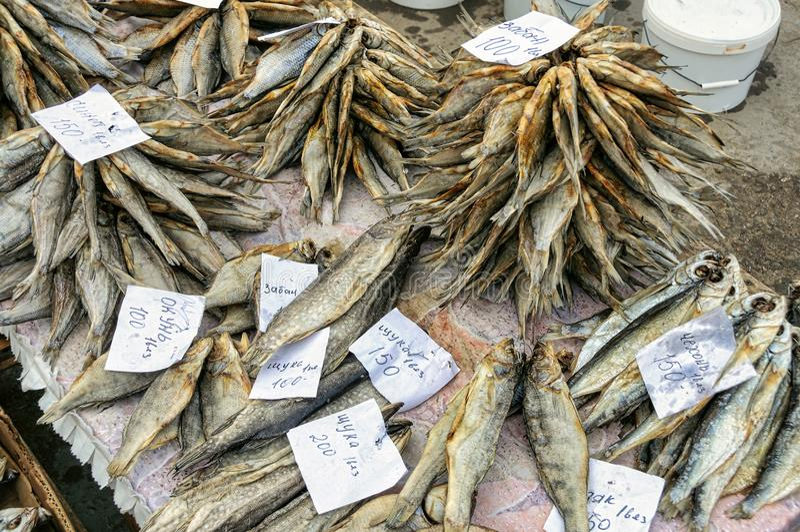 Peixes salgados secados que encontram-se no contador Mercado da cidade, R?ssia foto de stock