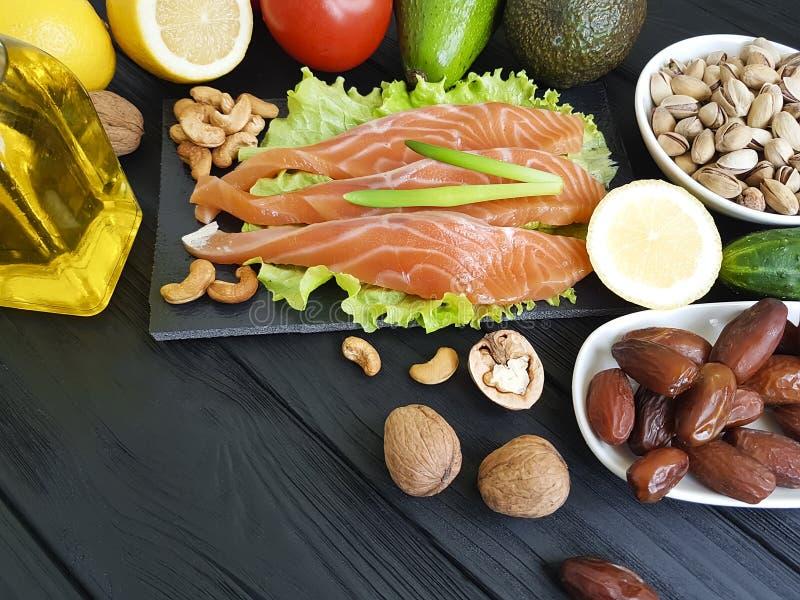peixes salmon, abacate orgânico em um alimento saudável de madeira classificado fotos de stock royalty free