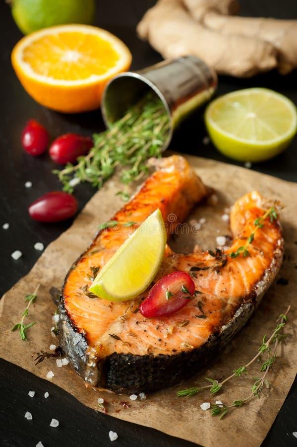 Peixes salmon grelhados imagens de stock