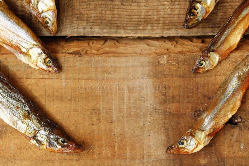 Peixes secados com sal no fundo de madeira fotos de stock