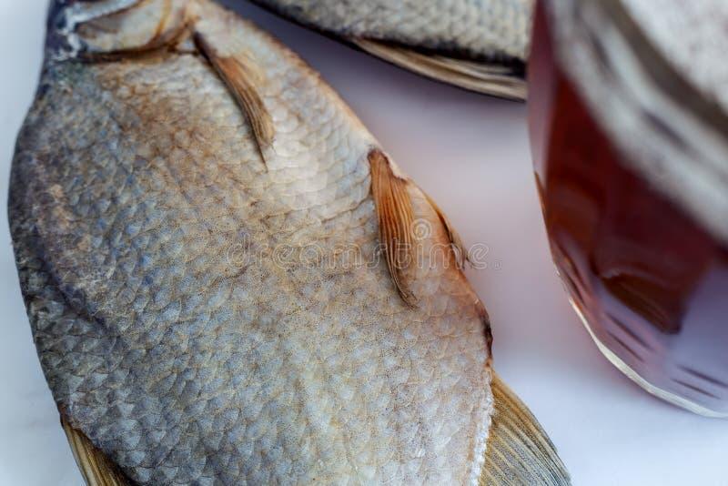 Peixes secados na tabela e em um vidro da cerveja fotografia de stock royalty free