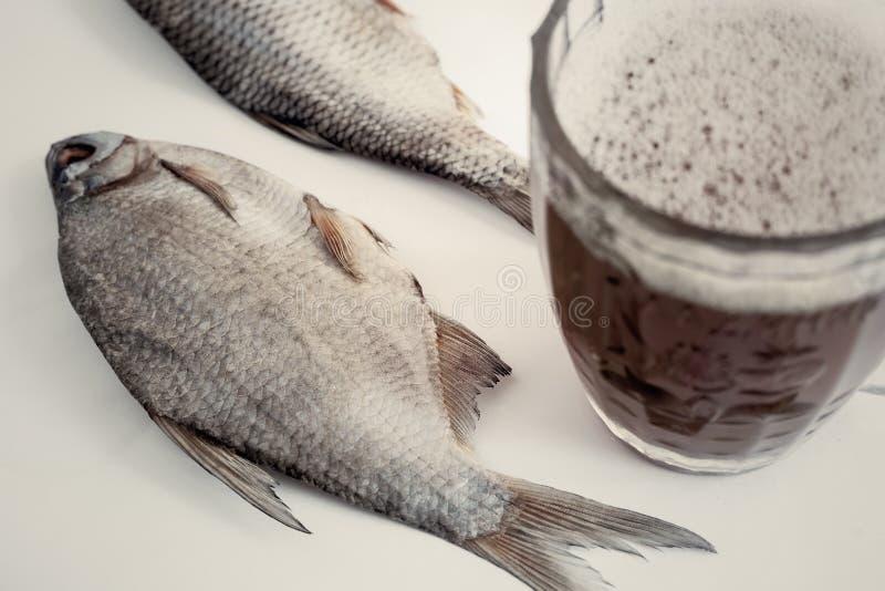 Peixes secados na tabela e em um vidro da cerveja fotos de stock royalty free