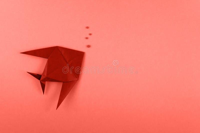 Peixes tropicais do origâmi no fundo minimalistic alaranjado imagem de stock royalty free