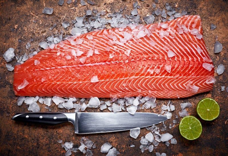 Peixes vermelhos dos salmões frescos do bife com gelo fotos de stock royalty free