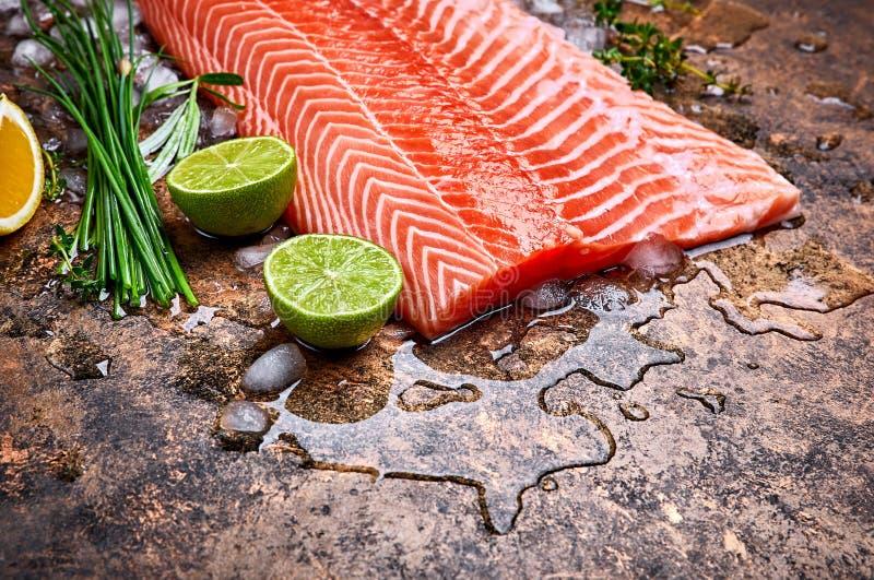 Peixes vermelhos dos salm?es frescos do bife com gelo fotografia de stock royalty free