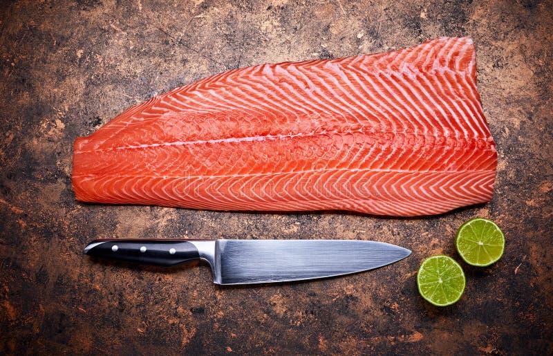 Peixes vermelhos frescos do bife de salmões no grunge imagem de stock royalty free
