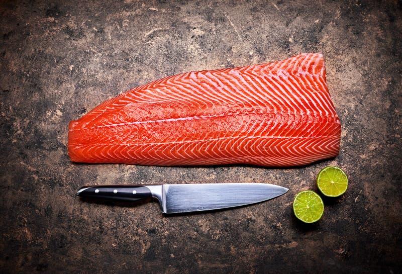Peixes vermelhos frescos do bife de salm?es no grunge foto de stock royalty free