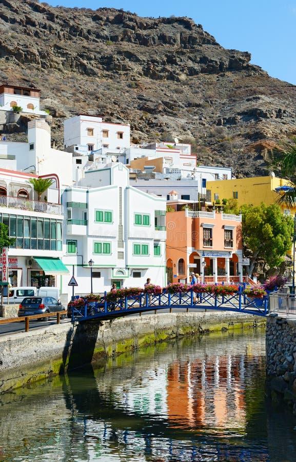 Pejzaż miejski Puert De Mogan przy Granu kanarka wyspą Colorfull domy w tle Ludzie chodzi nad mostem na chanel zdjęcia stock