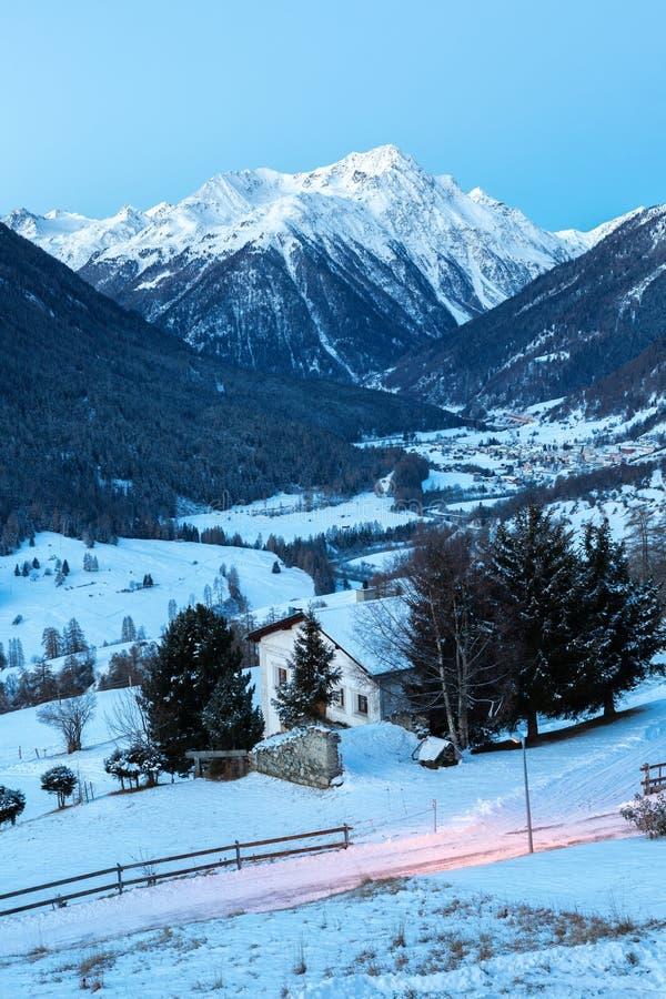 Pejzaż doliny silnika w zmierzchu zimą, Guarda, Dolny Engadine, Graubunden, Szwajcaria fotografia royalty free