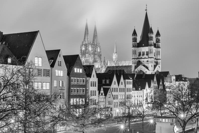 Pejzaż miejski, czarno biały - wieczór widok na Rhine deptaku na tle Wielka Kolonia katedra i obraz royalty free