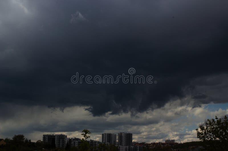 Pejzaż miejski duża burza nad miastem w ciemnawym tle zanieczyszczenie powietrza w mieście obraz royalty free