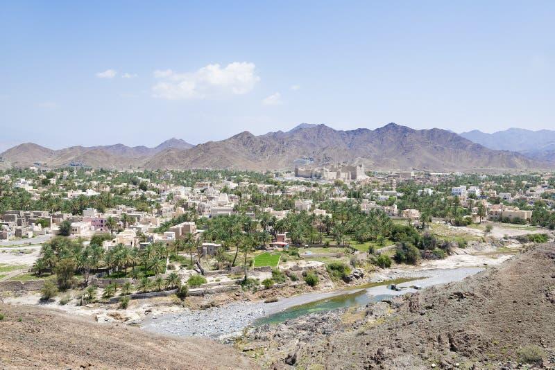 Pejzaż miejski i krajobraz z fortem Bahla zdjęcie royalty free
