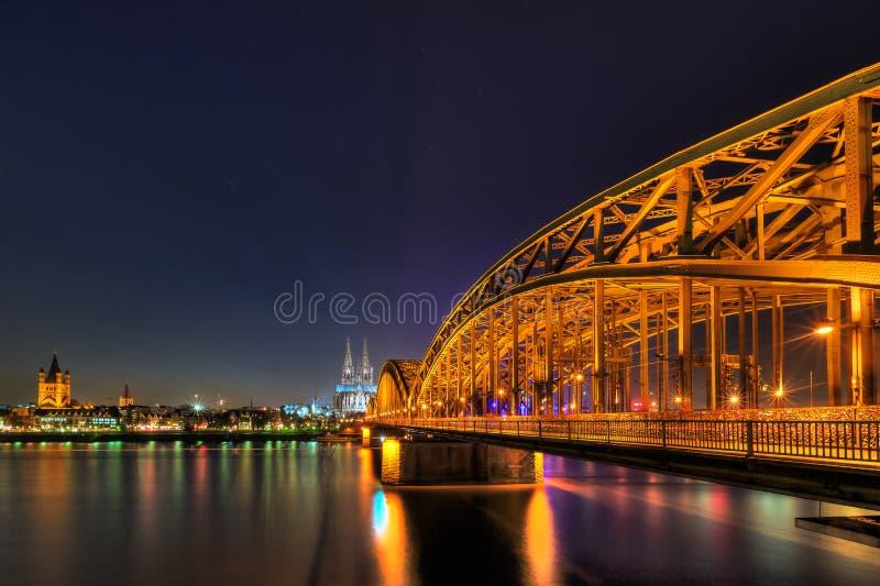 Pejzaż miejski Kolonia od Rhine rzeki przy nocą zdjęcia royalty free