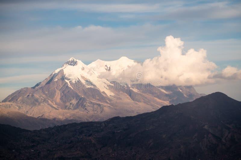 Pejzaż miejski los angeles Paz, Boliwia z Illimani Halnym wydźwignięciem w tle obrazy stock