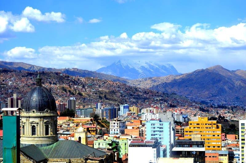 Pejzaż miejski los angeles Paz, kapitał Boliwia z Illimani Halnym wydźwignięciem w tle fotografia stock