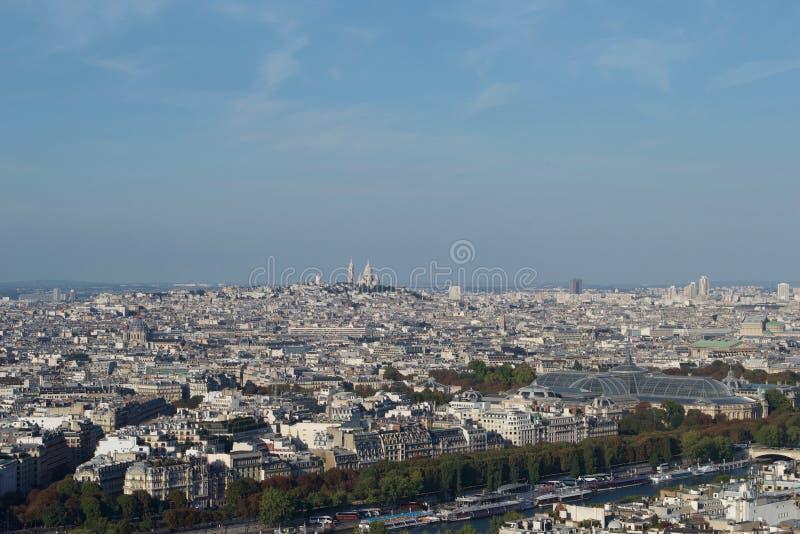 Pejzaż miejski - Paryski Francja widzieć z góry na słonecznym dniu w kierunku Montmartre, zdjęcia royalty free