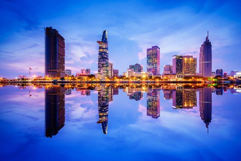 Pejzaż miejski w odbiciu Ho Chi Minh miasto przy pięknym zmierzchem, przeglądać nad Saigon rzeką zdjęcia royalty free