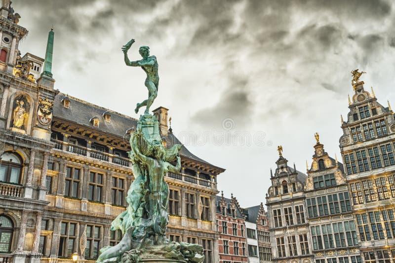 Pejzaż miejski - widok Brabo fontanna i Stadhuis budynku urząd miasta przy Grote Markt głównym placem Antwerp zdjęcie royalty free