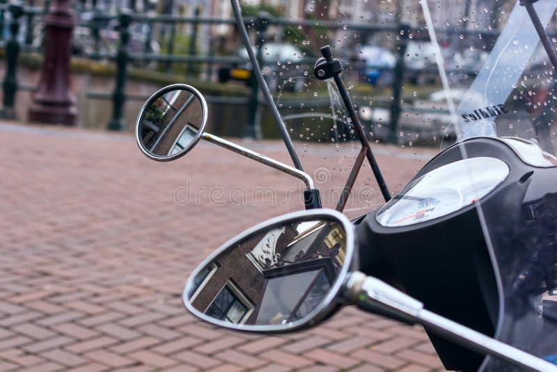 Pejzaż miejski - widok na starych kanałach Amsterdam w deszczu i domach zdjęcia royalty free