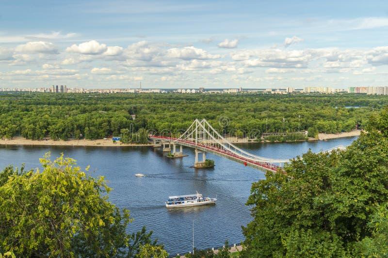 Pejzaż miejski, widok Zaporoska rzeka i most w Kijów od wzrosta, obrazy royalty free