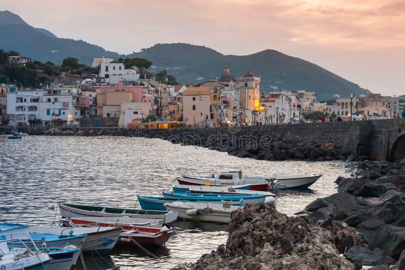 Pejzaż miejski z łodziami Ischia Porto przy zmierzchem fotografia royalty free