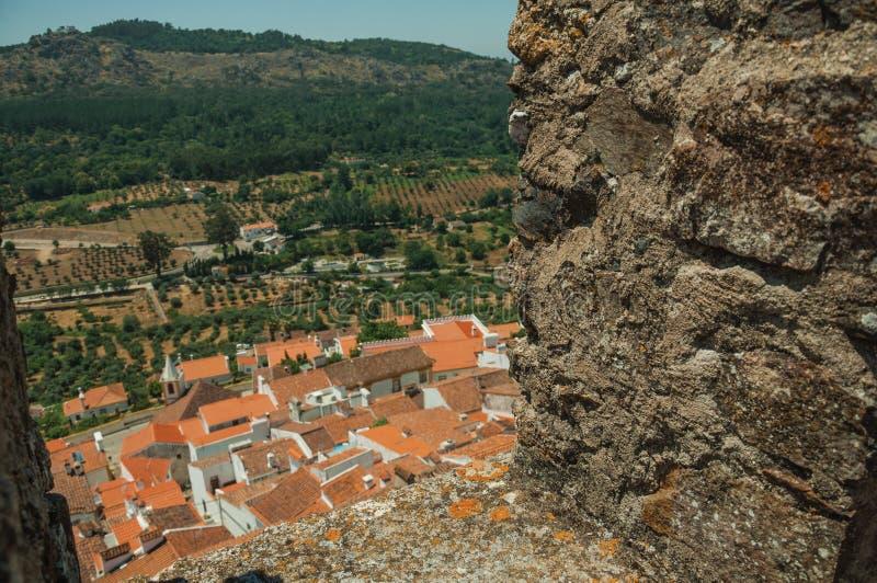 Pejzaż miejski z dachami widzieć obok crenel w roszuje ścianę fotografia royalty free