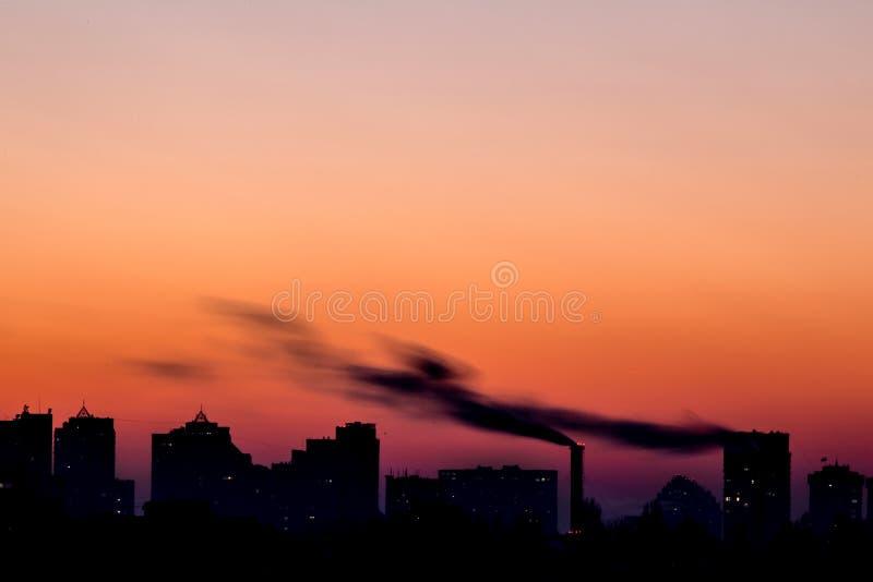 Pejzaż miejski z dramatycznym niebo zmierzchem Sylwetka budynki i fotografia royalty free