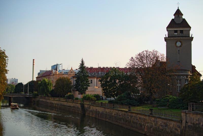 Pejzaż miejski z Morava rzeką z Ewangelickim kościół w Olomouc, republika czech 100f 2 8 28 al 301 kamera wieczorem f fujichrome  obrazy stock