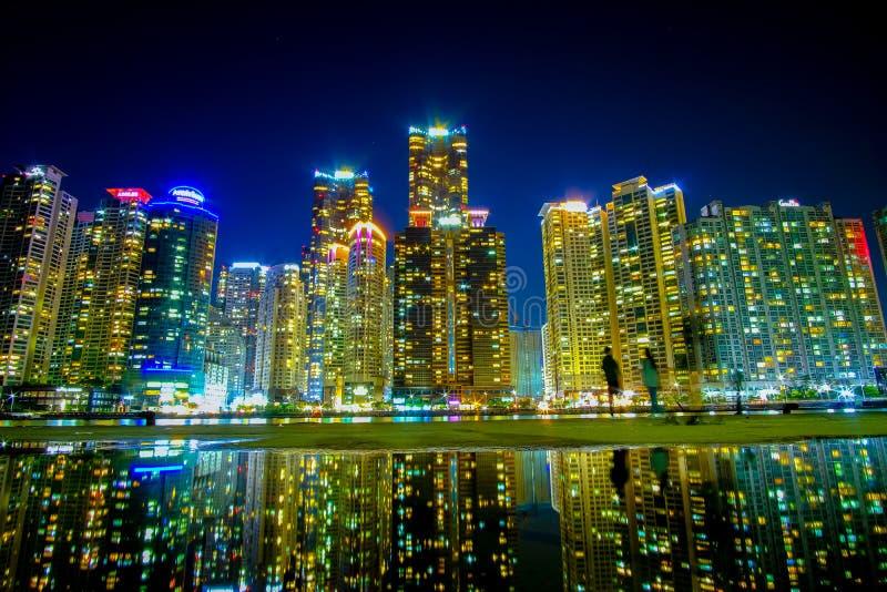 Pejzaż miejski z odbiciem przy Haeundae plażą w Busan Południowy Korea fotografia stock