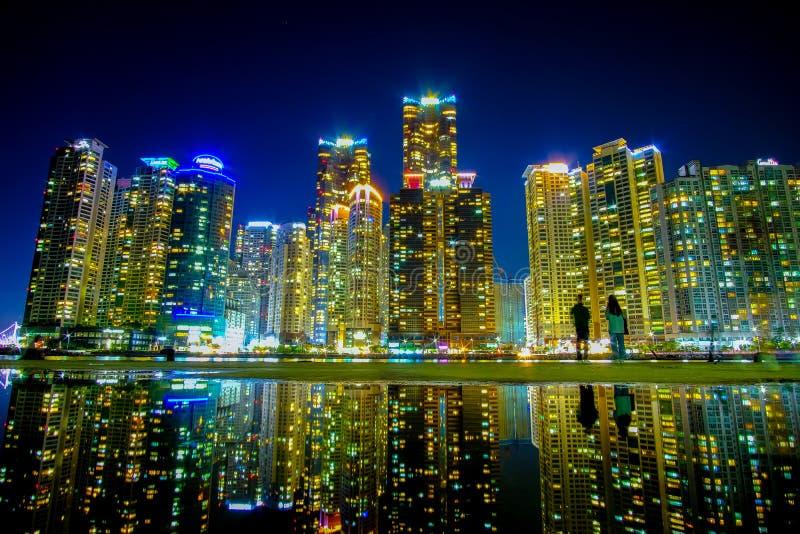 Pejzaż miejski z odbiciem przy Haeundae plażą w Busan Południowy Korea zdjęcia stock