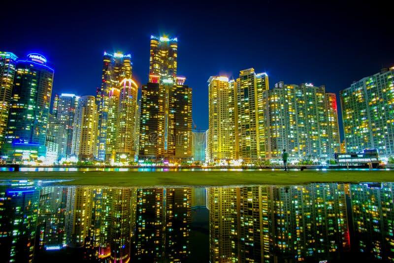 Pejzaż miejski z odbiciem przy Haeundae plażą w Busan Południowy Korea obraz stock