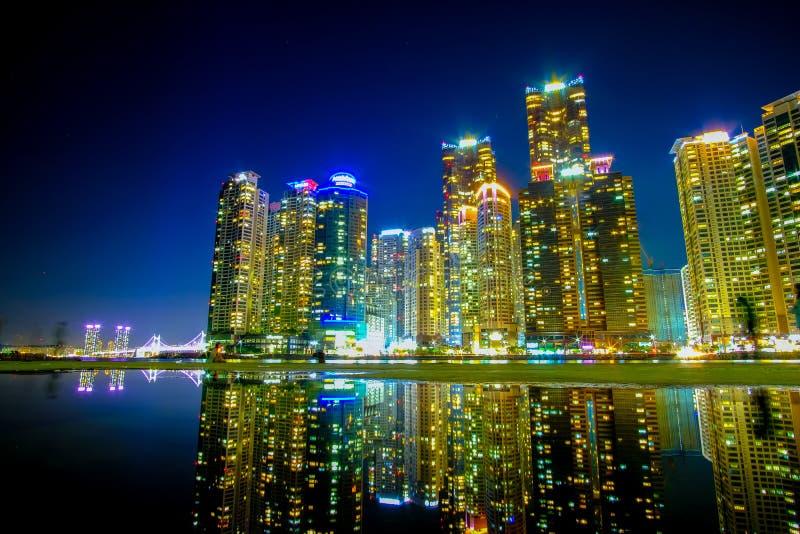 Pejzaż miejski z odbiciem przy Haeundae plażą w Busan Południowy Korea zdjęcia royalty free