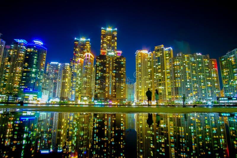 Pejzaż miejski z odbiciem przy Haeundae plażą w Busan Południowy Korea zdjęcie stock