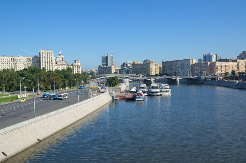 Pejzaż miejski z widokiem rzeki Berezhkovskaya bulwaru i, Moskwa, Rosja fotografia royalty free