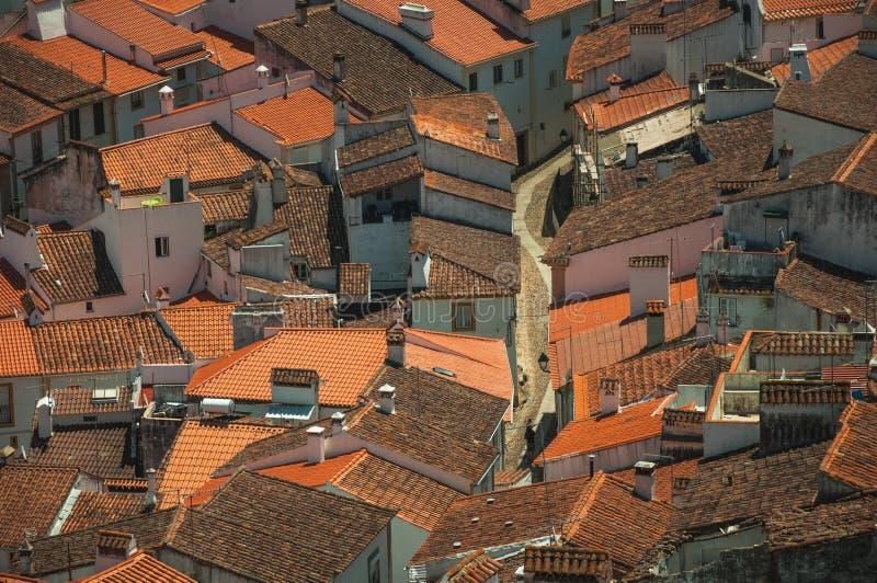 Pejzaż miejski z wiele dachami i brukowiec aleją zdjęcie royalty free