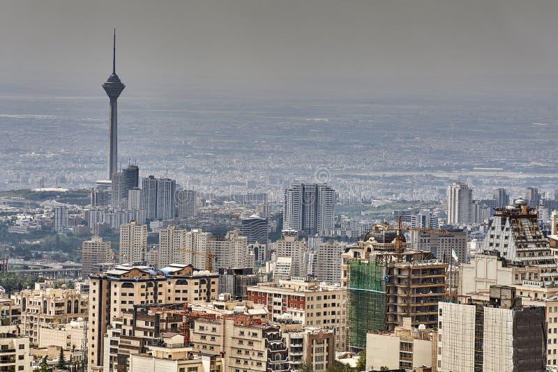 Pejzaż miejski z wielopiętrowymi domami i telewizja górujemy, Teheran, zdjęcia royalty free
