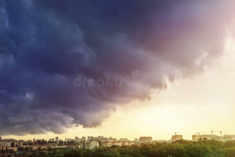 Pejzaż miejski zakrywający z dramatycznym burzowym zmrokiem chmurnieje po ulewnego deszczu i burzy suchego klimatu katastrofa nat zdjęcie royalty free