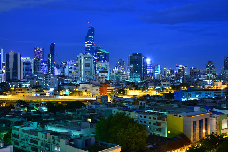 pejzażu miejskiego Bangkok nocy niebieskiego nieba tło, Bangkok miasto Thail obraz stock