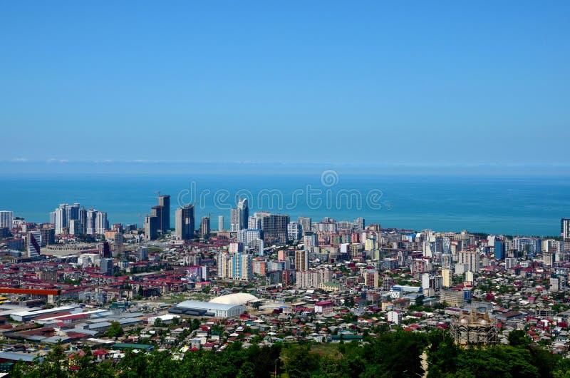 Pejzażu miejskiego linia horyzontu z wysokim wzrosta budynkiem góruje Czarnego Dennego horyzont Batumi Gruzja zdjęcie royalty free