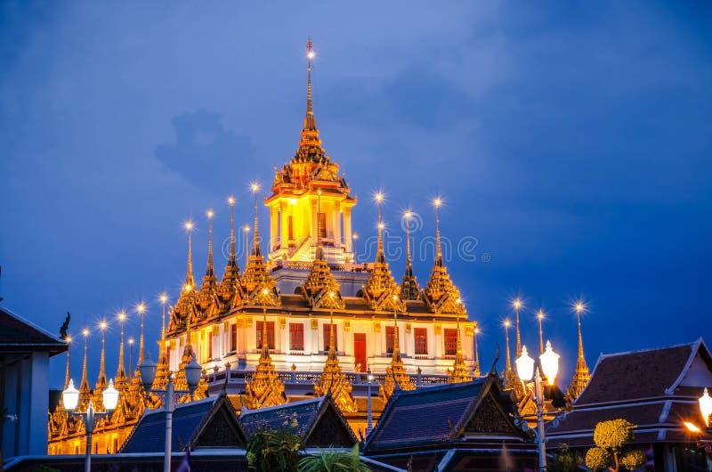 Pejzażu miejskiego Wata Ratchanatdaram świątynia piękna złota pagoda Bangkok lub, Tajlandia w zmierzchu czasie fotografia royalty free